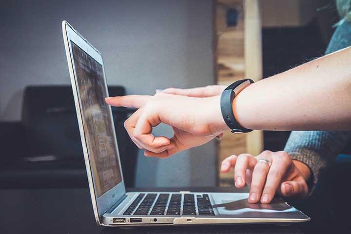 mano che indica computer durante consulenza fundraising