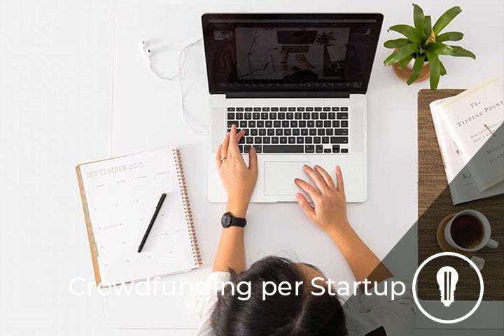 persona al computer mentre cerca piattaforme di crowdfunding per startup