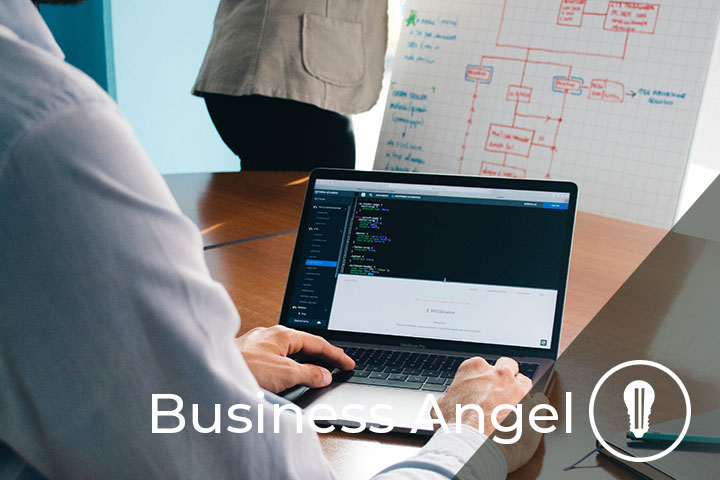 uomo al computer mentre lavora con business angel italiano