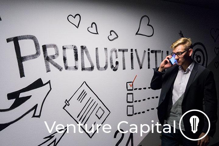 persona al telefono che lavora per venture capital