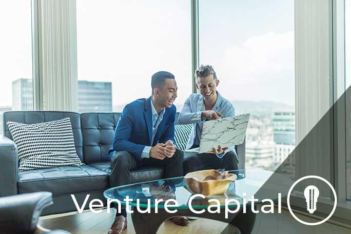 due persone in riunione parlando di venture capital