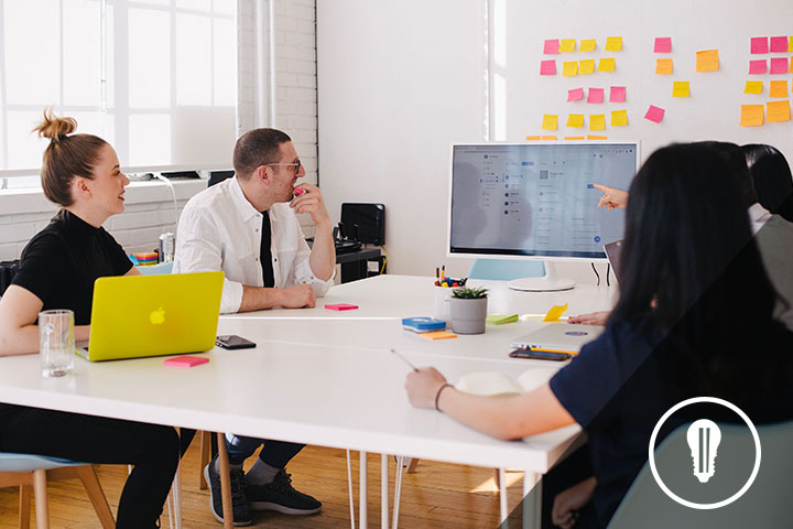 persone sedute a un tavolo di incubatore per startup