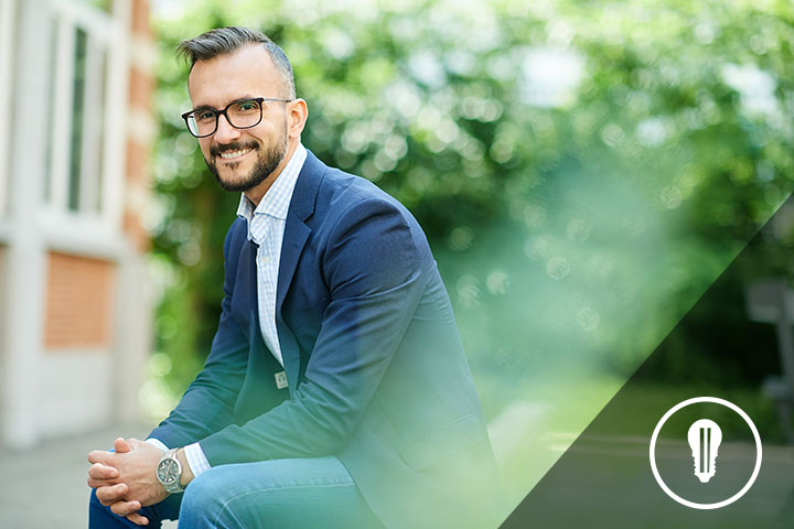 persona sorridente seduta utilizzata come esempio di personas canvas