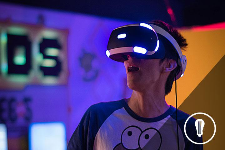 persona con visore VR di startup innovativa