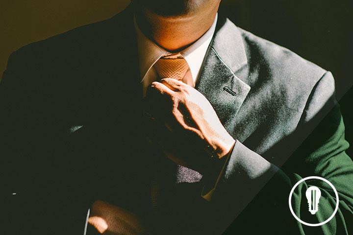 imprenditore in giacca e cravatta che partecipa al bando pia medie imprese di sistema puglia